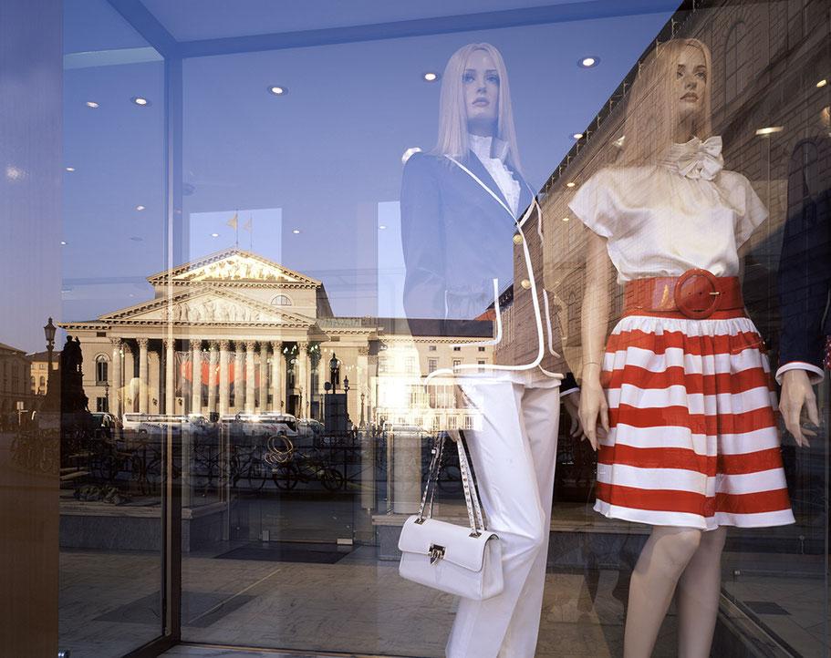 Spiegelung der Staatsoper im Schaufenster mit Schaufensterpuppen als Farb-Photographie, Muenchen