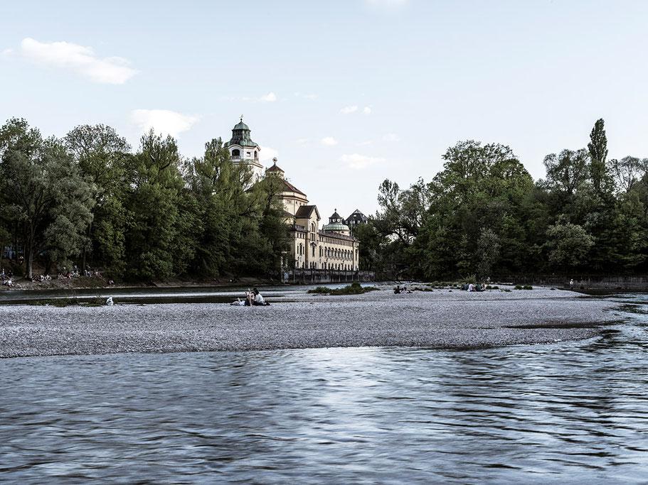 Das Muellersche Volksbad von der Isar aus  2018 als Farb-Photographie, Muenchen