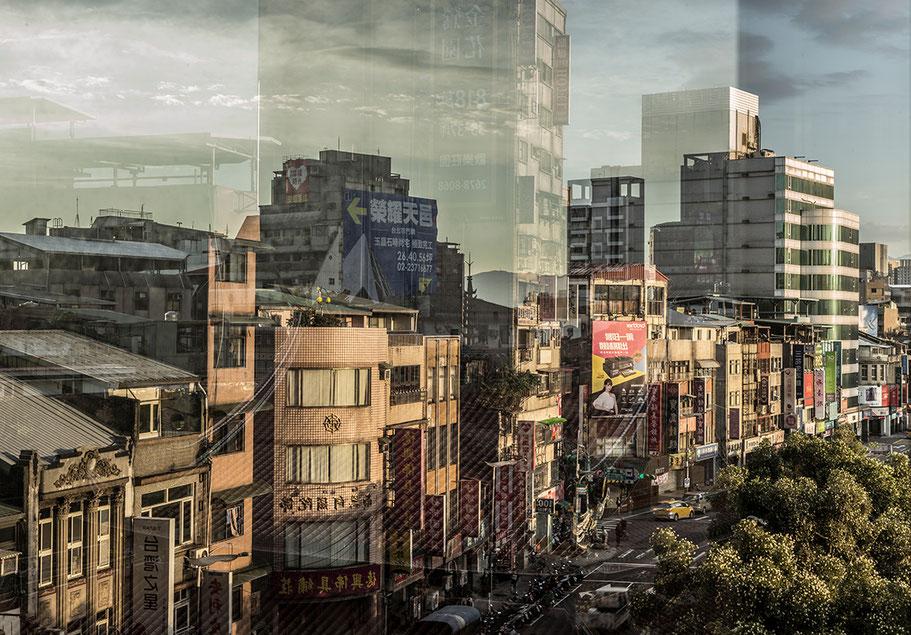 Spiegelungen nähe Longshan Temple im Zentrum von Taipei, Taiwan, als Farbphoto