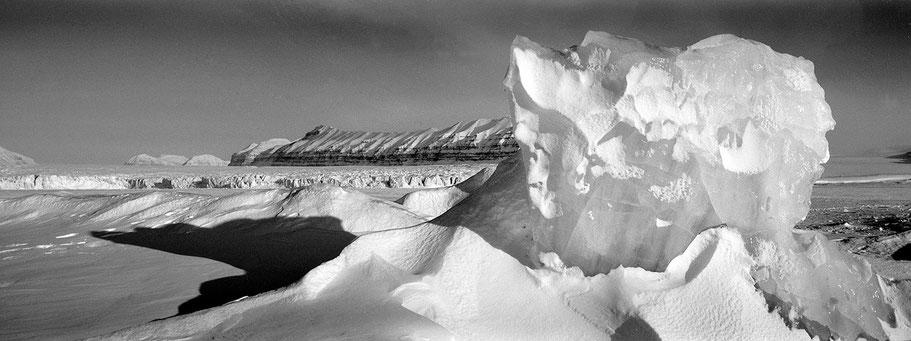 Eisformationen auf Spitzbergen - Svalbard in schwarz-weiß als Panorama-Photographie