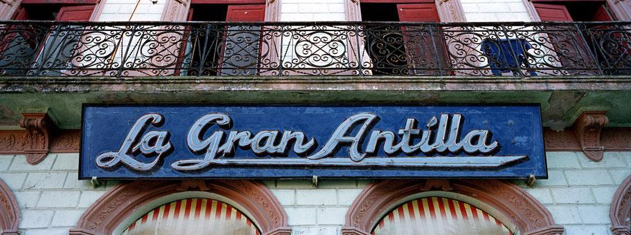 "Schild ""La Grand Antilla"" an Hauswand in Cuba als Farbphoto im Panorama-Format"