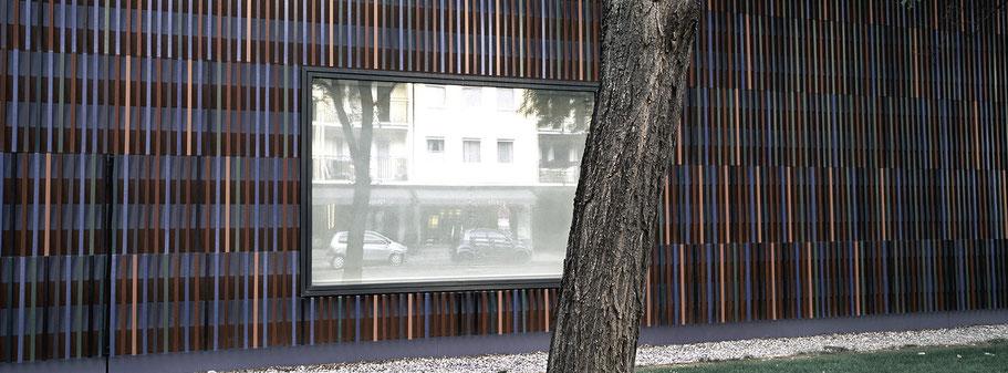 Spiegelung im Fenster des Museums Sammlung Brandhorst in color als Panorama-Photographie, München