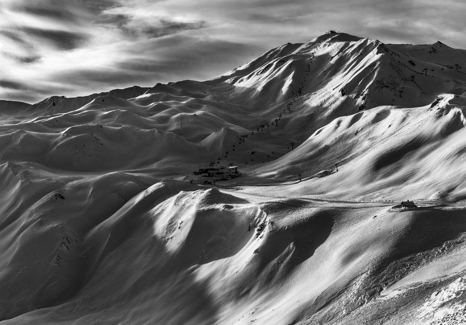 Landschaftsaufnahme der verschneiten Alpen in Samnaun, Schweiz als SW-Photographie