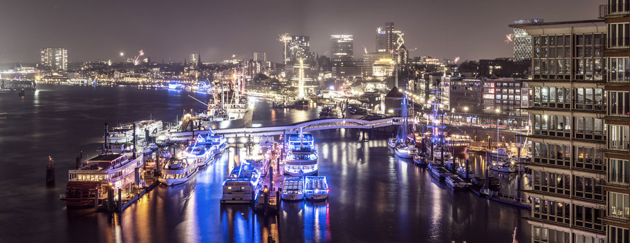Elbe-Landungsbrücken am Abend  in Hamburg als Farbphoto im Panorama-Format
