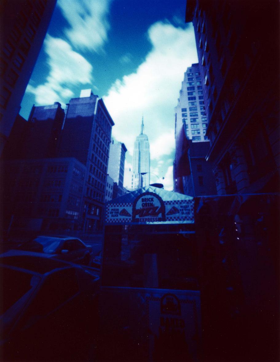 Das Empire State Building in New York (USA)  mit einer Camera Obscura auf Polaroidfilm als Farbphoto aufgenommen