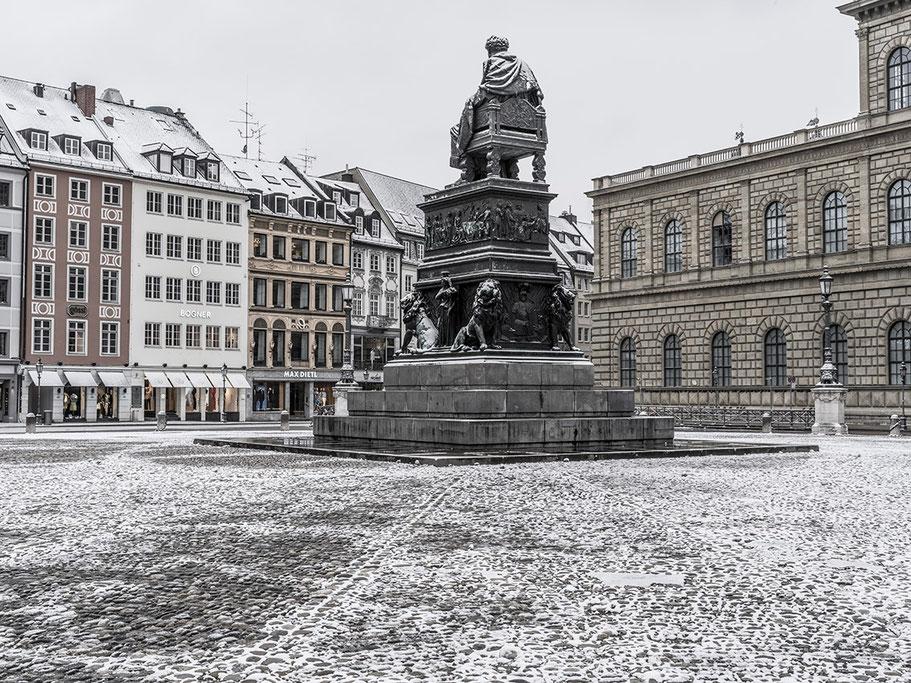 Max-Joseph-Platz im Schnee als Farb-Photographie, Muenchen