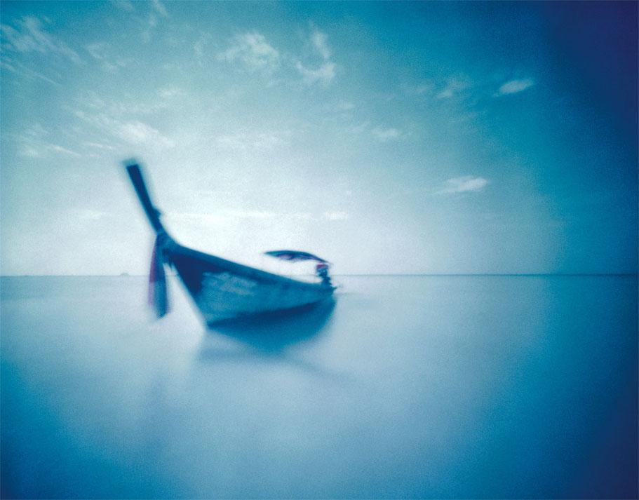 Longtailboot am Strand von Krabi, Thailand, mit einer Camera Obscura auf Polroidfilm aufgenommen als Farbphoto