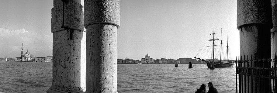 Punta de la Dogana in Venedig als Schwarzweißphoto im Panorama-Format