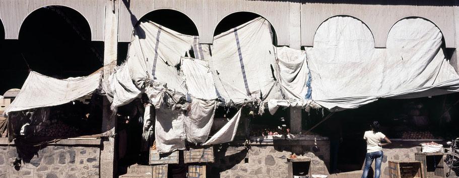 Der Gewürzmarkt  in der Barentu Street in Asmara, Eritrea, als Farbphoto im Panorama-Format