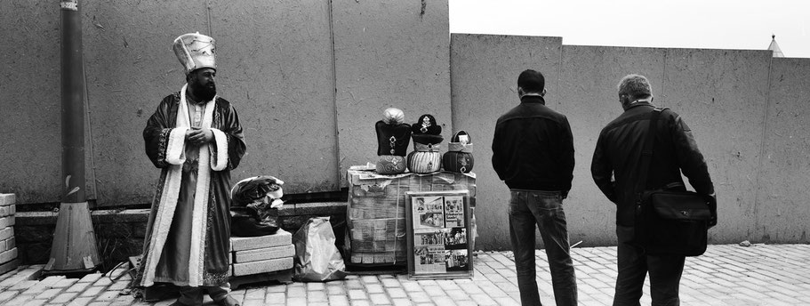 Verkäufer vor dem Topkapi Palast in Istanbul, Türkei als Schwarzweißphoto im Panorama-Format
