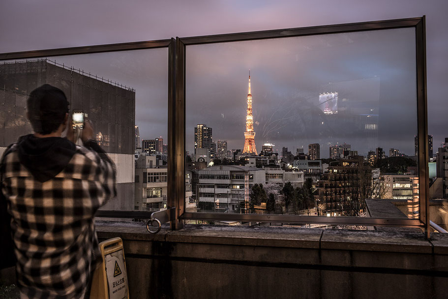 Blick auf dem leuchtenden Tokyo Tower by night in Tokyo, Japan als Farbphoto