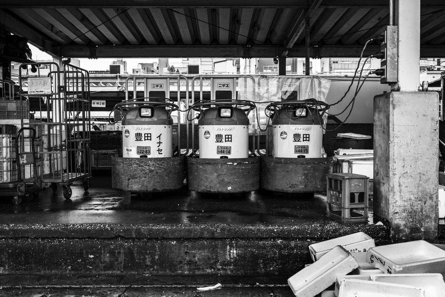Der Tsukiji Fischmarkt in Tokio, Japan, als Schwarzweißphoto