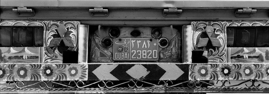 Nummernschild und Rückseite eines LKWs  in Dubai als Panorama-Photographie