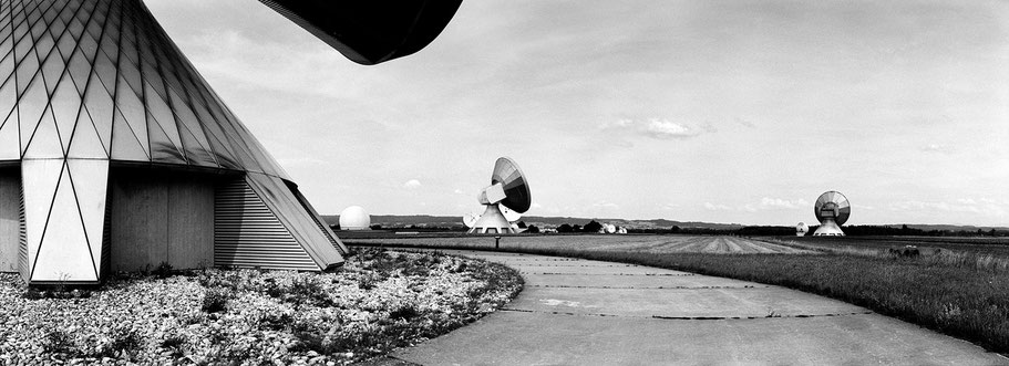 Raisting Erdfundkanlage in schwarz-weiß als Panorama-Photographie