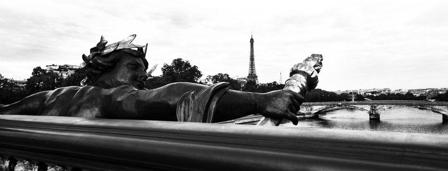 Von der Pont Alexandre III über die Seine auf den Eiffelturm in Paris, Frankreich,  als Schwarzweißphoto im Panorama-Format