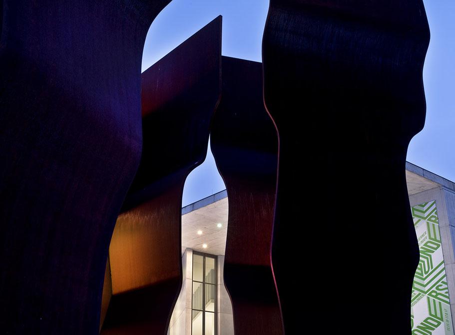 Nachtaufnahme der Pinakothek der Moderne als Farb-Photographie, Muenchen