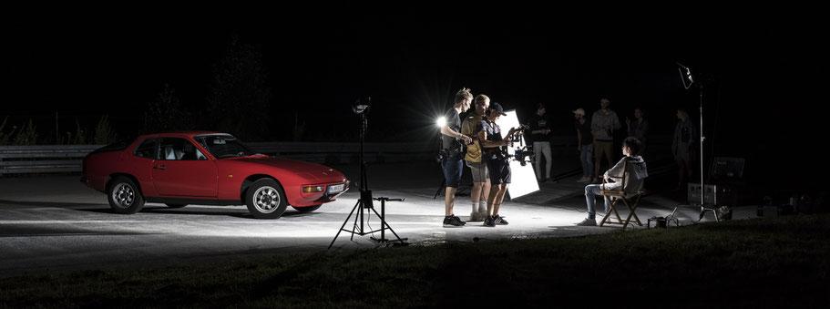Szene einer Filmproduktion mit Porsche 924 im Panoramaformat als Farbphoto