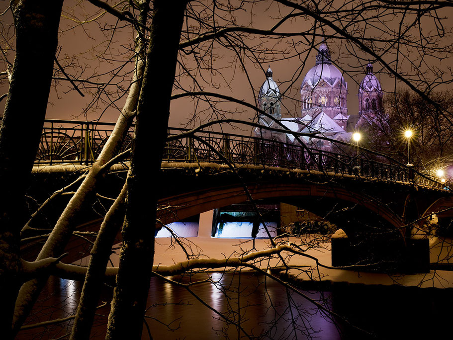 Nachtaufnahme im Schnee der Kirche St. Lukas als Farb-Photographie, Muenchen