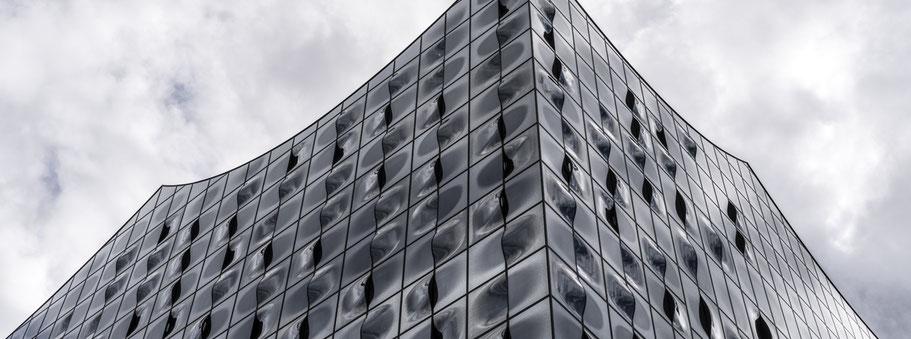 Fassade der Elbphilharmonie in Hamburg als Farbphoto im Panorama-Format.