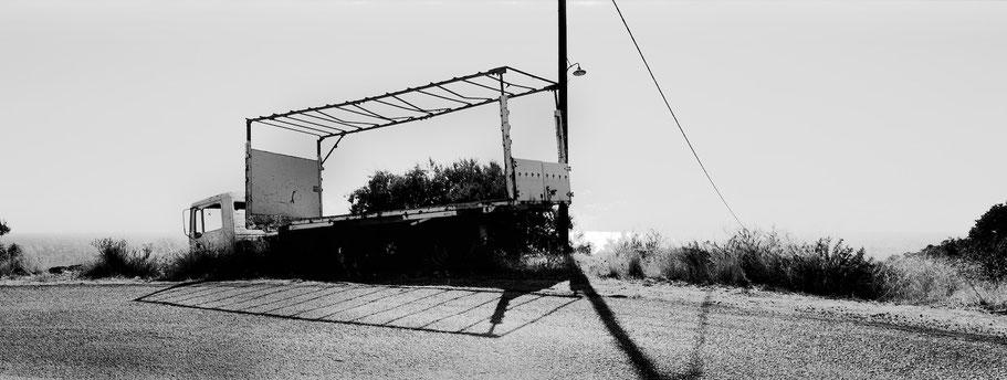 Oldtimer bei Vathia auf dem Peloponnes, Griechenland, als Schwarzweißphoto im Panorama-Format