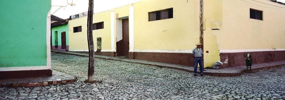 Alter Kubaner auf der Straße  in Trinidad d. Cuba , Farbphoto als Panorama-Photographie