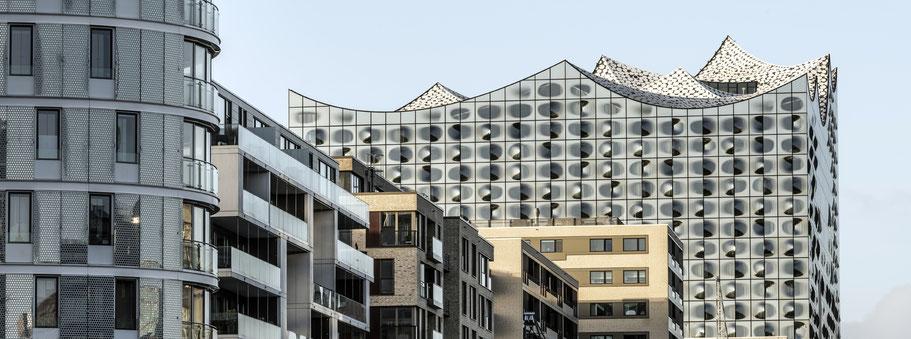Hafencity am Kaiserkai mit Elbphilharmonie in Hamburg als Farbphoto im Panorama-Format