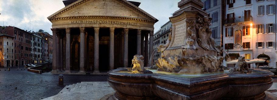 Farbphoto vom Pantheon frühmorgens in Rom im Panorama-Format