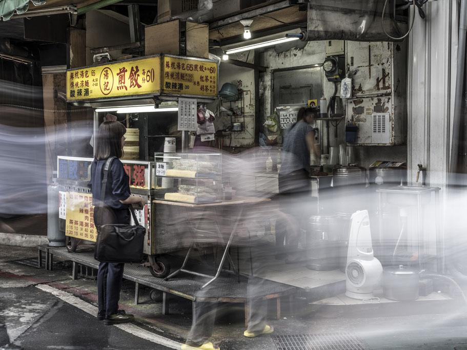 Straßenverkauf auf der Wuxing Street in Taipei, Taiwan, als Farbphoto
