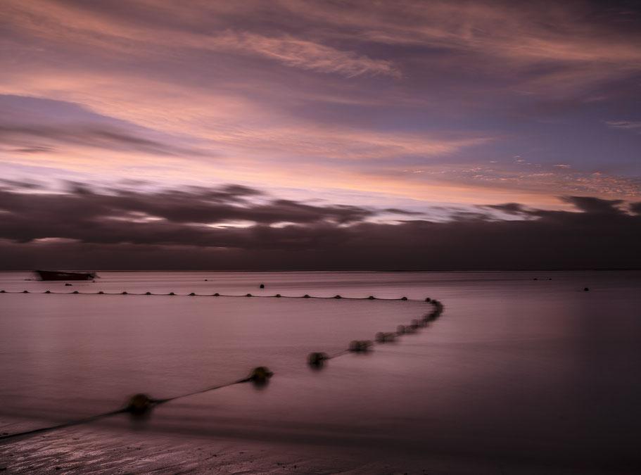Abendaufnahme eines Lokals an der Straße nach Jioufen in Taiwan als Farb-Photographie