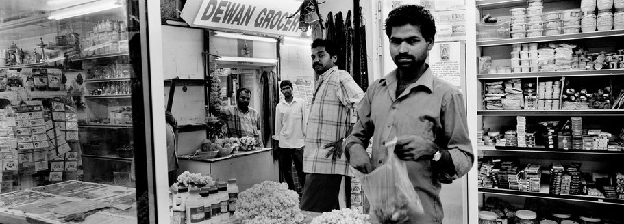 Vier Männer auf dem Al Souq al Kabeer in Dubai als Panorama-Photographie