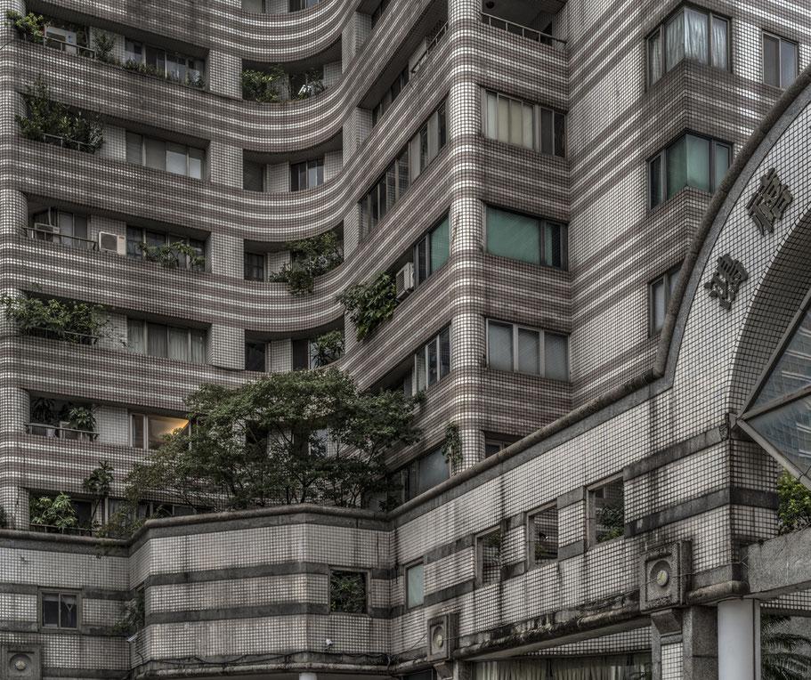 Fassade eines Hauses auf der Section 5 Xinyi Road in der Nähe des Taipei 101 im Zentrum von Taipei, Taiwan, als Farbphoto