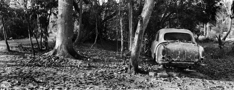 Oldtimer-Taxi bei Marari in Kerala , Indien, als Schwarzweißphoto im Panorama-Format