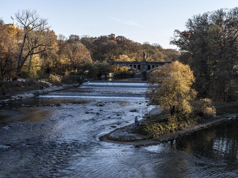 Abendaufnahme der Isar mit Maximiliansbrücke im Herbst als Farb-Photographie, Muenchen