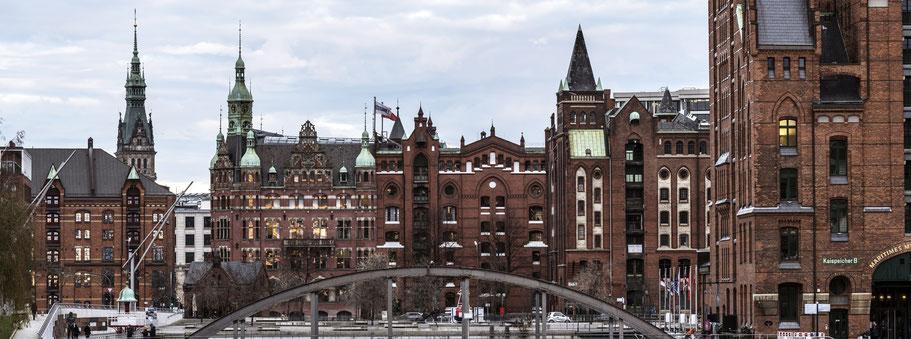 Von der Busanbrücke zur Speicherstadt Richtung Brooktorkai in Hamburg als Farbphoto im Panorama-Format