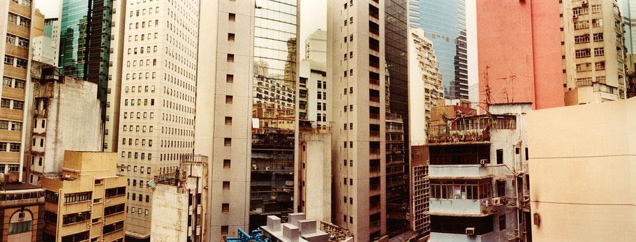 Häusermeer in Hongkong, China, als Farbphoto im Panorama-Format