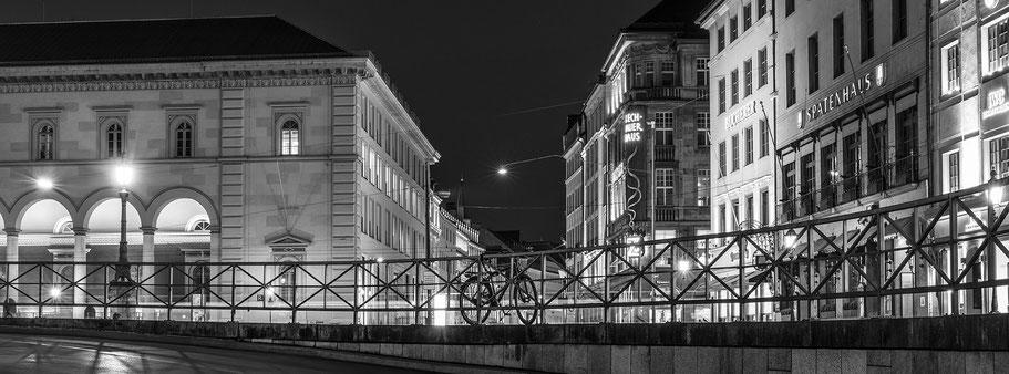 Max-Joseph-PLatz by night in schwarzweiß als Panorama-Photographie, München