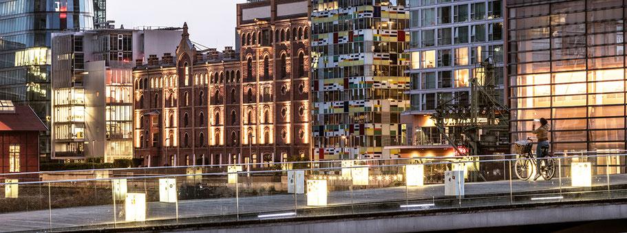 Düsseldorfer Medienhafen by night als Farbphoto im Panorama-Format.