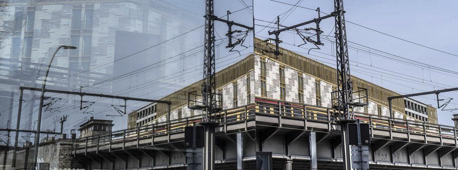 Spiegelungen der Kantstrasse in Berlin als Farbfotografie im Panorama-Format