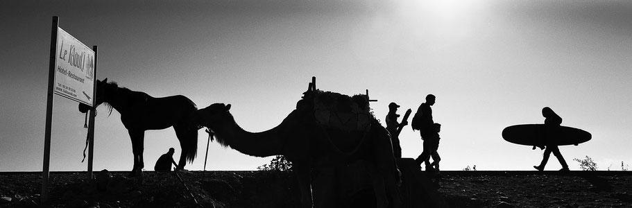 Straßenszene unweit des Strands von Sidi Kaouki, Marokko, in schwarz-weiß als Panorama-Photographie