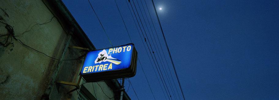 """Neonreklame """"Photo Eritrea"""" in Asmara, Eritrea, als Farbphoto im Panorama-Format"""