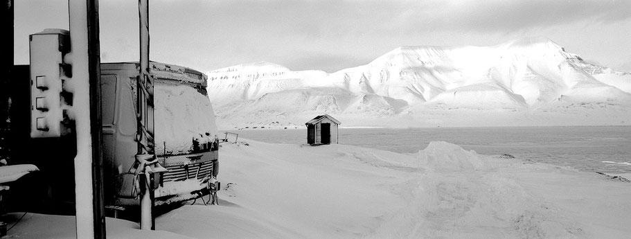 Bushaltestelle auf Spitzbergen - Svalbard in schwarz-weiß als Panorama-Photographie