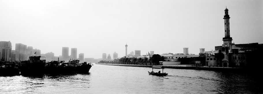 Blick Richtung Bur Dubai am Creek in Dubai als Panorama-Photographie