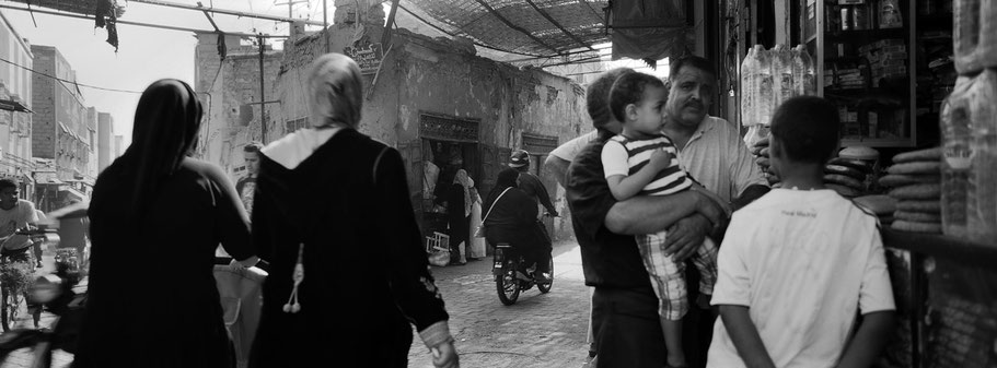 Straßenszene in der Medina von Marrakech, Marokko, in schwarz-weiß als Panorama-Photographie