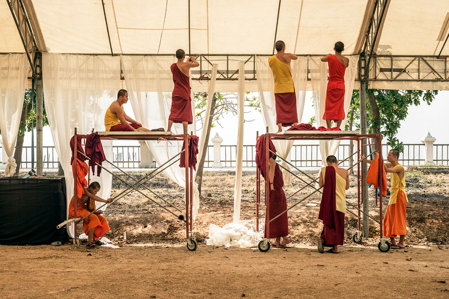 The monks at Phayao in Thailand als Farb-Photographie