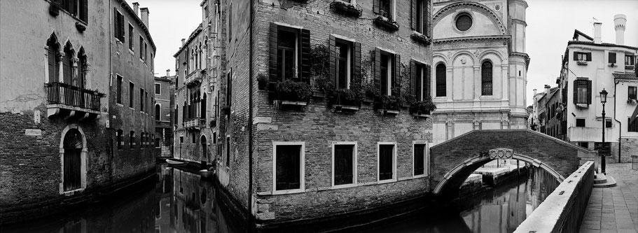 Santa Maria dei  Miracoli in Venedig als Schwarzweißphoto im Panorama-Format