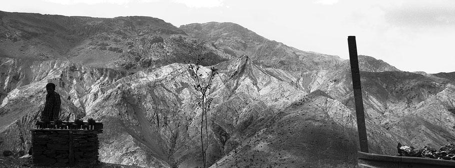 Straßenhändler im  Altlas Gebirge in Marokko in schwarz-weiß als Panorama-Photographie