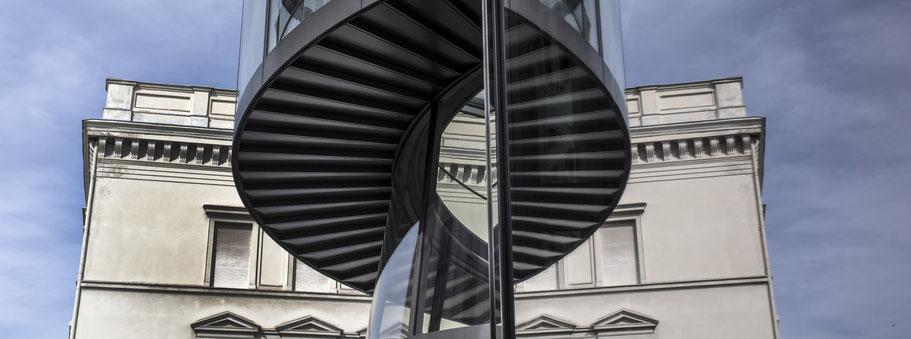 Spiegelung an der Fassade des Deutsches Historisches Museums in Berlin als Farbfotografie im Panorama-Format