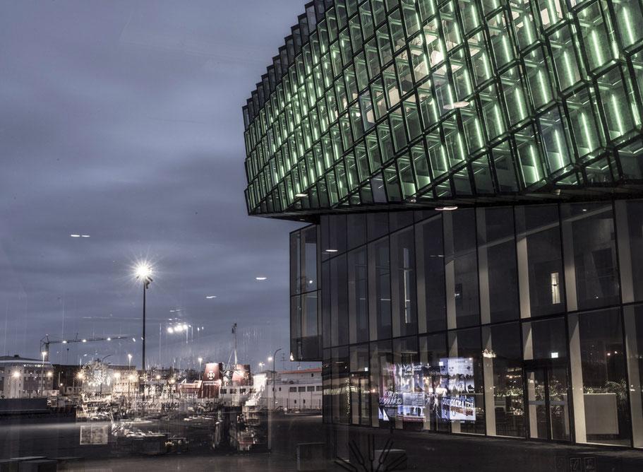 Spiegelungen im Fenster des Harpa Konzerthauses in Reykjavik als Farb-Photographie, Island/Iceland