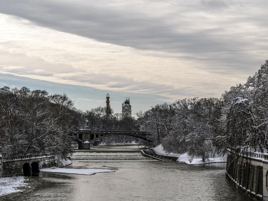 Isar mit Müllerschem Volksbad im Schnee als Farb-Photographie, Muenchen