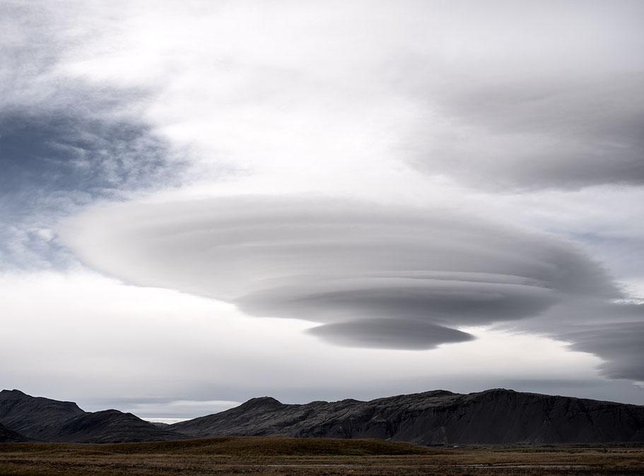 Landschaftsaufnahme in der Nähe von Skogar mit Wolke die wie ein Ufo aussieht als Farb-Photographie, Island/Iceland